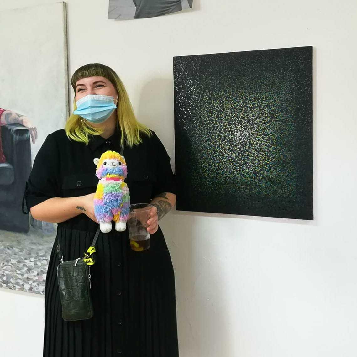 Julia Gräb vor einem ihrer Werke